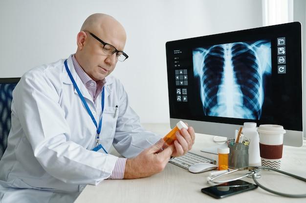 Arzt untersucht medizin im büro