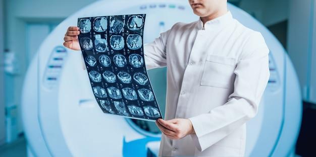 Arzt untersucht mrt-bild. medizinische ausrüstung. medizinisch