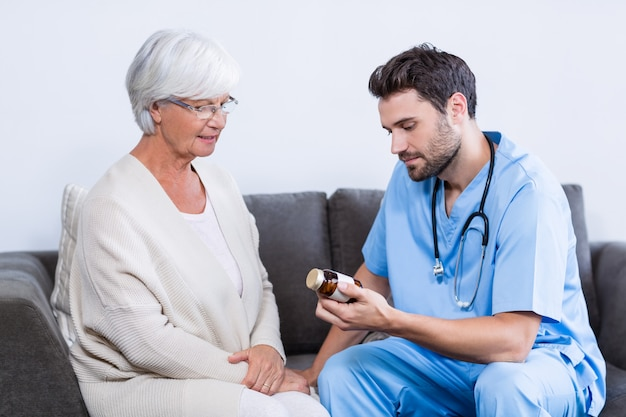 Arzt verschreibt der älteren frau medikamente