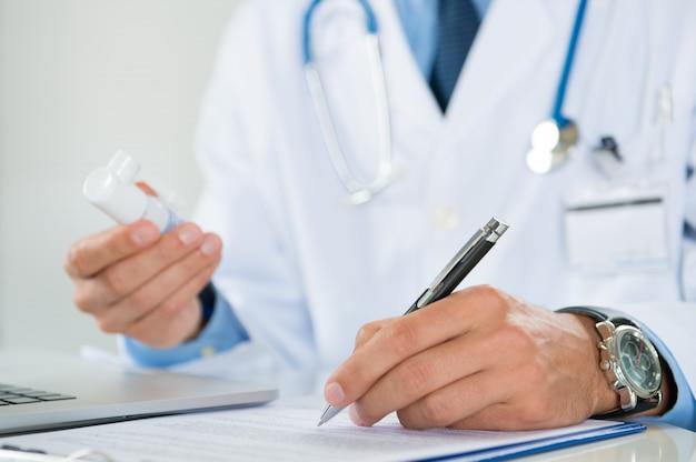 Arzt verschreibt medizin