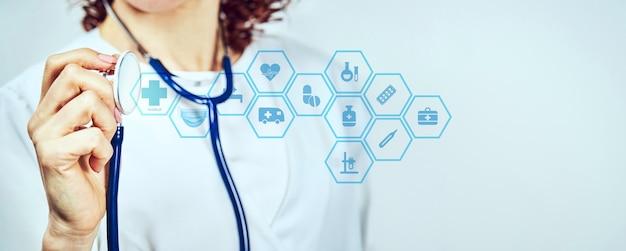 Arzt vor hellem hintergrund mit einem stethoskop in der hand