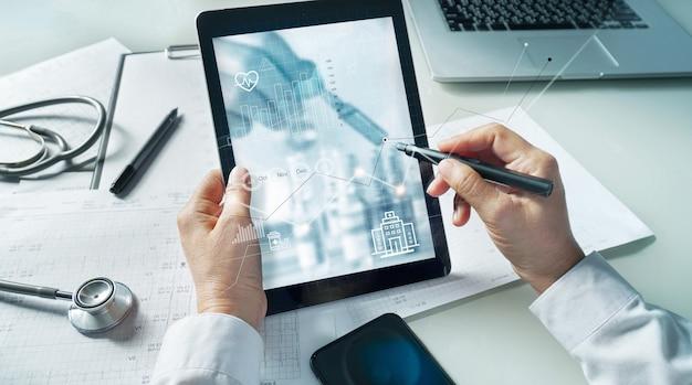 Arzt zeichnet daten für das gesundheitswesen und wachstumsarzt, der das netzwerk für medizinische berichte analysiert