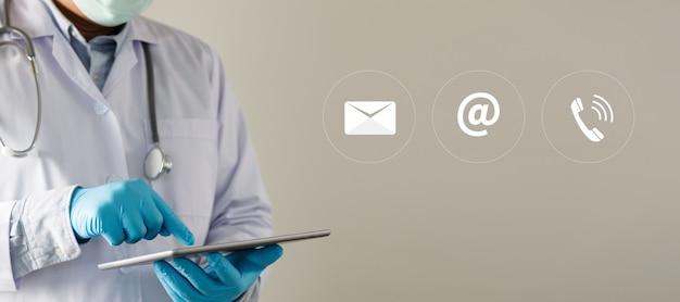 Arzt zeigen bitte kontaktlinie kontakthand telefon e-mail-adresse auf website-seite kontaktieren sie uns oder e-mail