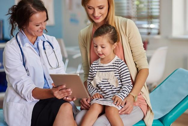 Arzt zeigt ergebnisse auf dem tablet