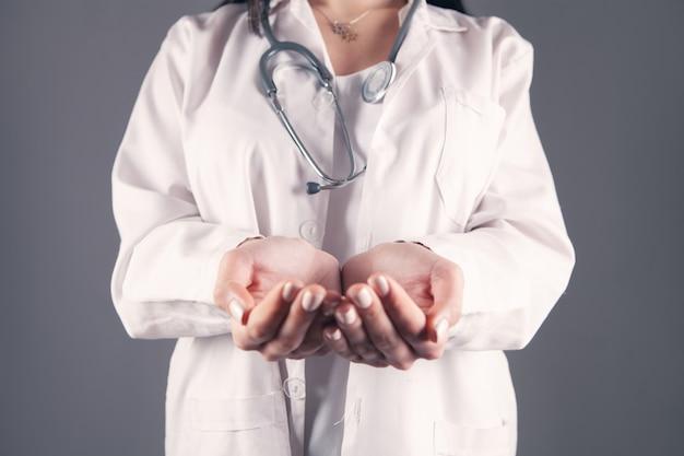Arzt zeigt offene handflächen