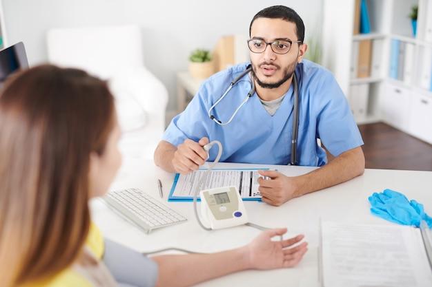 Arztberatung patient in moderner klinik