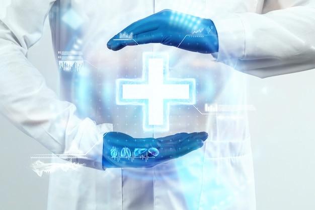 Arzthände, der arzt betrachtet das hologramm, überprüft das testergebnis auf der virtuellen schnittstelle und analysiert die daten. innovative technologien, medizin der zukunft.