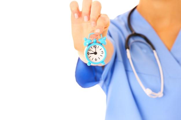 Arzthand zeigt eine uhr auf weißem hintergrund