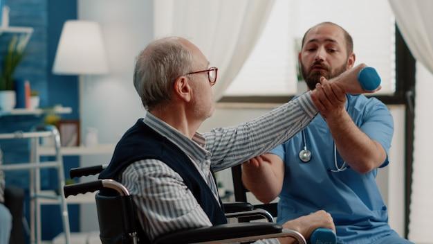 Arzthelferin hilft behinderten patienten mit hanteln
