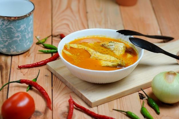 Asam pedas oder übersetzt als spicy hot sour curry, das normalerweise mit fisch zubereitet wird, beliebt in malaysia