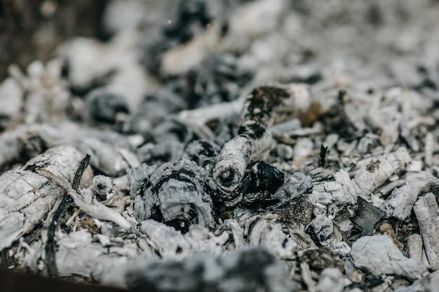 Aschehaufen nach dem lagerfeuer