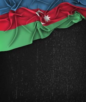 Aserbaidschan-flagge weinlese auf einer grunge-schwarzen tafel mit raum für text
