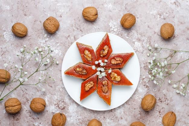 Aserbaidschan nationales gebäck pakhlava auf weißem teller, draufsicht, frühlingsneujahrfeier novruz feiertag.