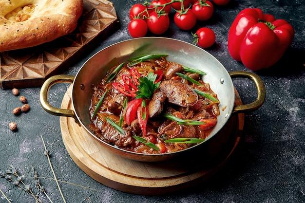 Aserbaidschanische bratenleber, herz und navels in roter sauce mit zwiebeln. östliches gericht jyz-byz