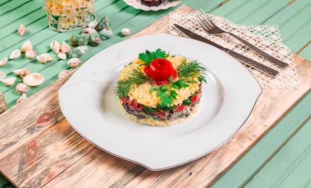 Aserbaidschanischer mangalsalat mit frischen kräutern und tomate