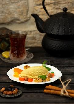 Aserbaidschanischer nachtisch gefüllt mit nüssen, serviert mit getrockneten früchten und nüssen