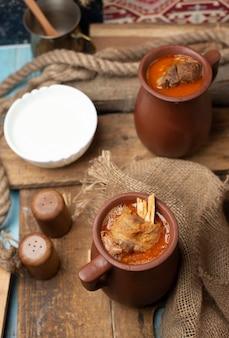 Aserbaidschanisches fleischeintopfgericht piti mit joghurt.
