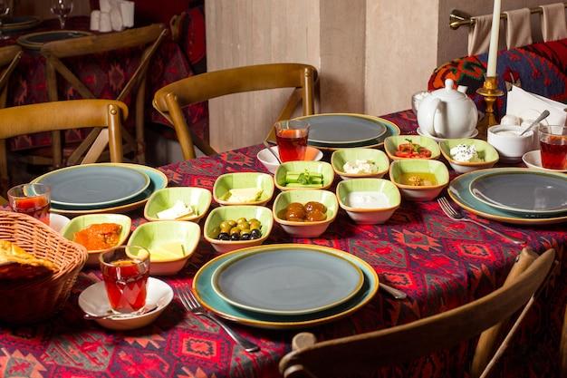 Aserbaidschanisches frühstückslayout im restaurant mit tischdecke im traditionellen stil