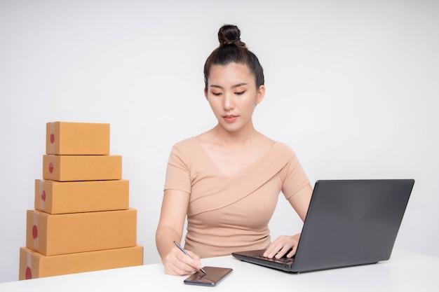 Asia frau start für business online. menschen mit online-shopping-kmu-unternehmer oder freiberuflichem arbeitskonzept.