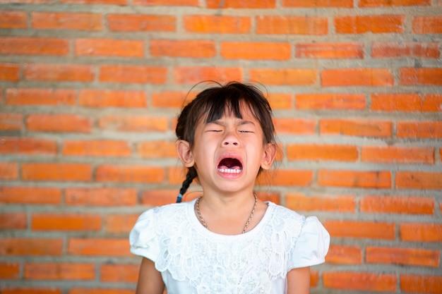 Asia kleine mädchen mit traurigen ausdrücken, schreien und weinen.
