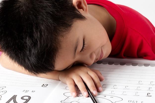 Asia porträt kleiner junge schreiben buch mit bleistift