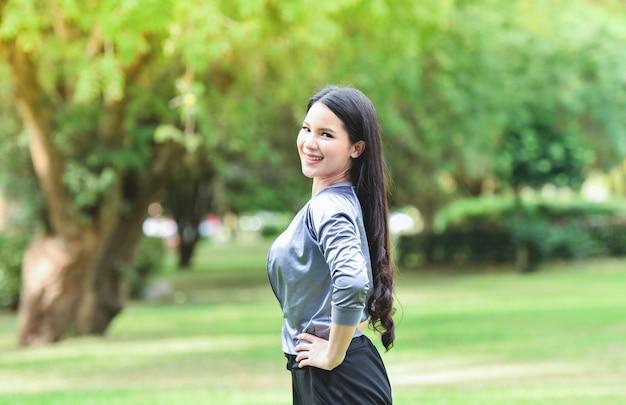 Asia woman fit halten körperübung dehnen sie die muskeln für die gesundheit im garten