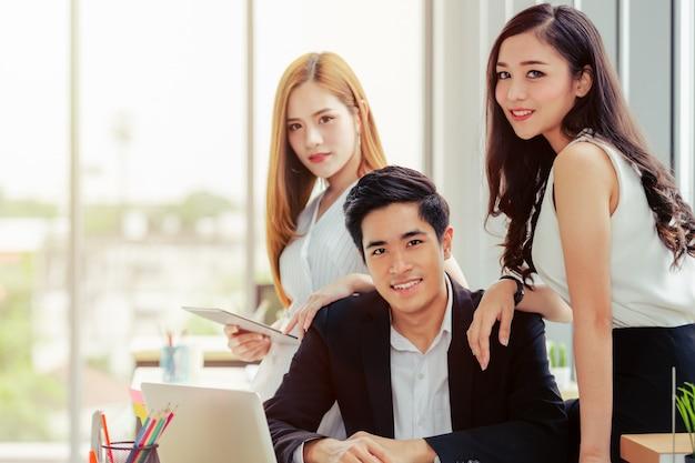 Asian business team standing portrait erfolgreiche firmenarbeiter