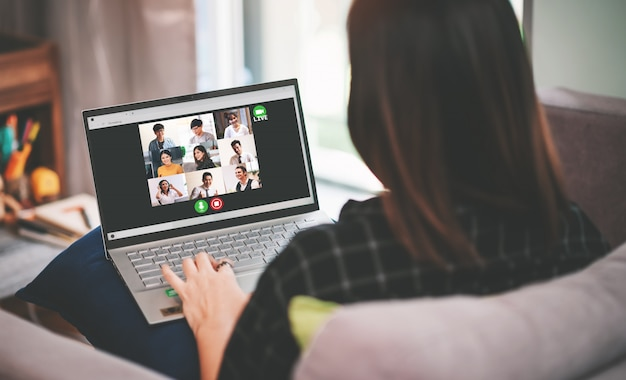 Asian business woman meeting mit multiethnischen geschäftsleuten und videokonferenz live-streaming in work from home-konzept
