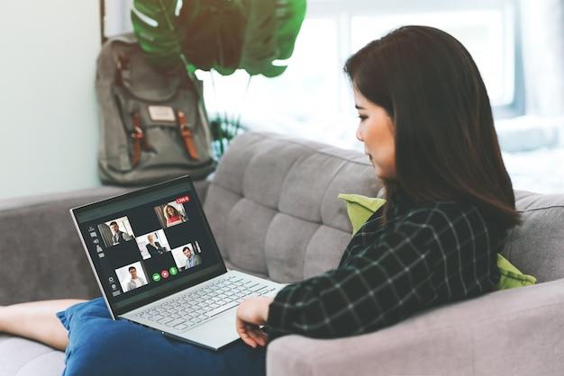 Asian business woman meeting mit multiethnischen geschäftsleuten und videokonferenz live-streaming in work from home-konzept