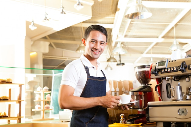 Asian coffeeshop - barista präsentiert kaffee