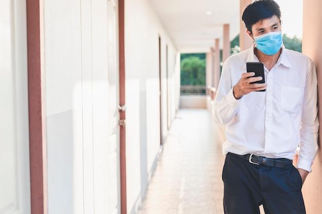 Asian man chirurgische maskeninspektion oder manngeschäft mit covid 19