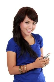 Asian woman texte auf ihrem handy