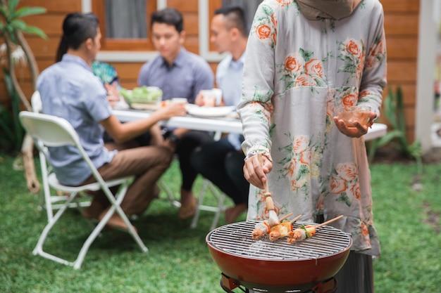 Asiaten grillen mit freunden