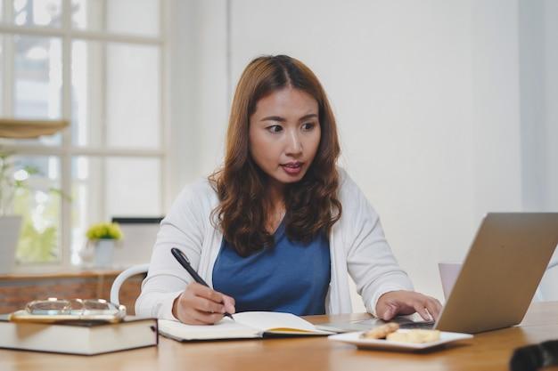 Asiaten lernen online-kurs über das internet vom laptop