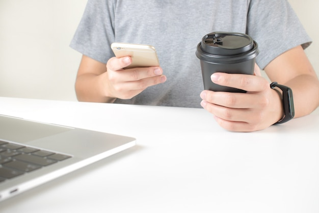 Asiaten nutzen smartphones, um intelligente uhren zu verbinden.