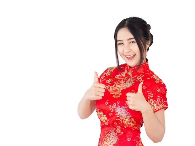 Asiatin auf chinesischkleid traditionellem cheongsam isolat auf weißem hintergrund. chinesisches neujahrskonzept.