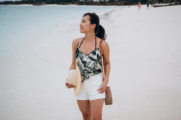 Asiatin auf ferien am strand