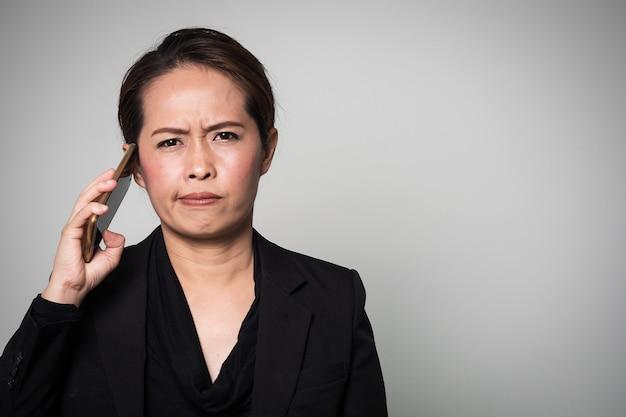 Asiatin benutzte intelligentes telefon