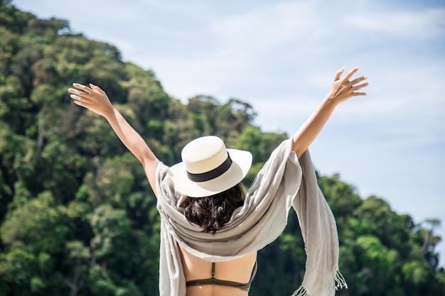 Asiatin, die auf ferien auf einer insel sich entspannt