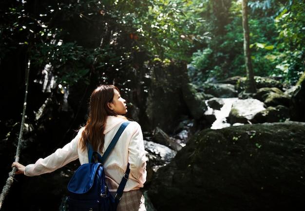 Asiatin, die eine reise im freien genießt