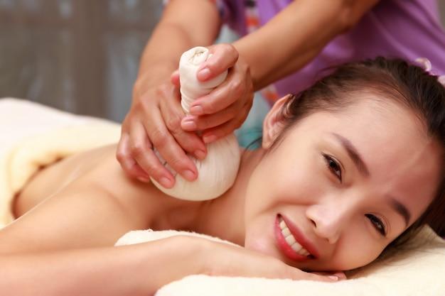 Asiatin, die eine salzpeelingmassage am badekurort genießt.