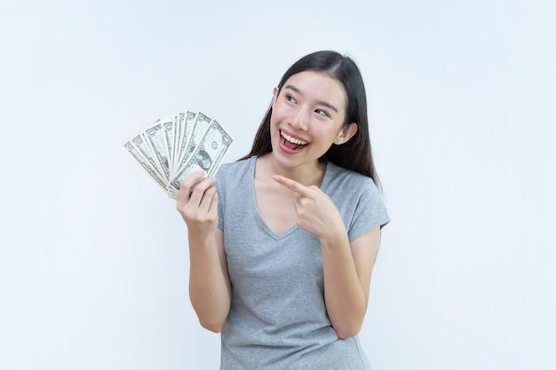 Asiatin, die geldbanknoten, bankwesenkonzept, dollargeld hält