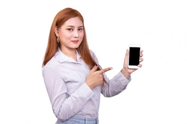Asiatin, die handy hält und auf smartphone mit beschneidungspfad zeigt