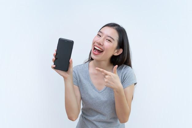 Asiatin, die handy, holding, handy des leeren bildschirms zeigt