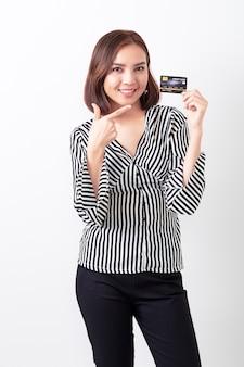 Asiatin, die kreditkarte hält