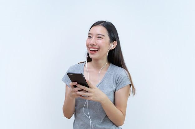 Asiatin, die lieblingslied und tanzen, musik vom handy genießt