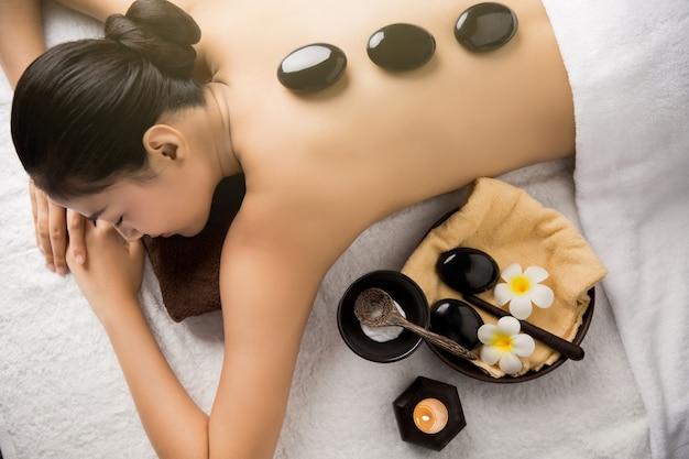Asiatin, die massage- und badekurortsalon schönheitsbehandlungskonzept hat. sie ist sehr glücklich