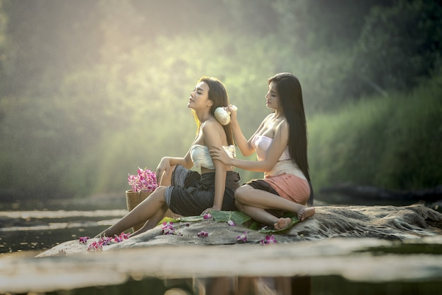 Asiatin, die massage- und badekurortsalon schönheitsbehandlungskonzept hat.