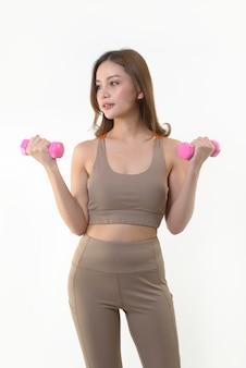 Asiatin, die mit dummköpfen für gutes gesundes trainiert