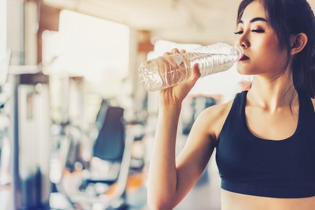 Asiatin, die reines trinkwasser für frische nach training trinkt